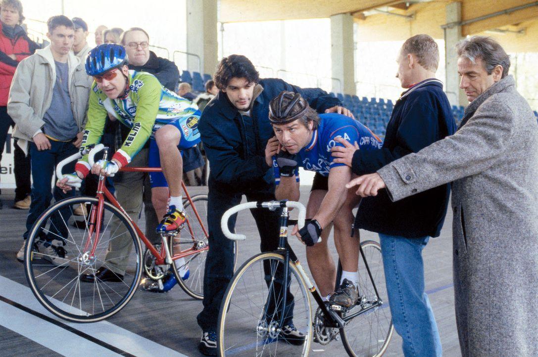 Die Präsidiumscrew ist gekommen, um sich das Radrennen zwischen Jupp (Uwe Fellensiek, r.) und Taube (Christian M. Goebel, l.) anzusehen. - Bildquelle: Dobrivoie Kerpenisan Sat.1
