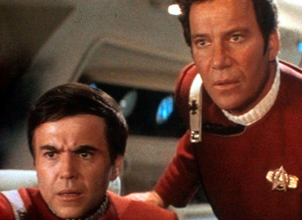 Um das Leben der Enterprise-Besatzung zu retten, hat Mr. Spock sein Leben geopfert. Entsetzt erfahren Chekov (Walter Koenig, l.) und Captain Kirk (W... - Bildquelle: Paramount Pictures