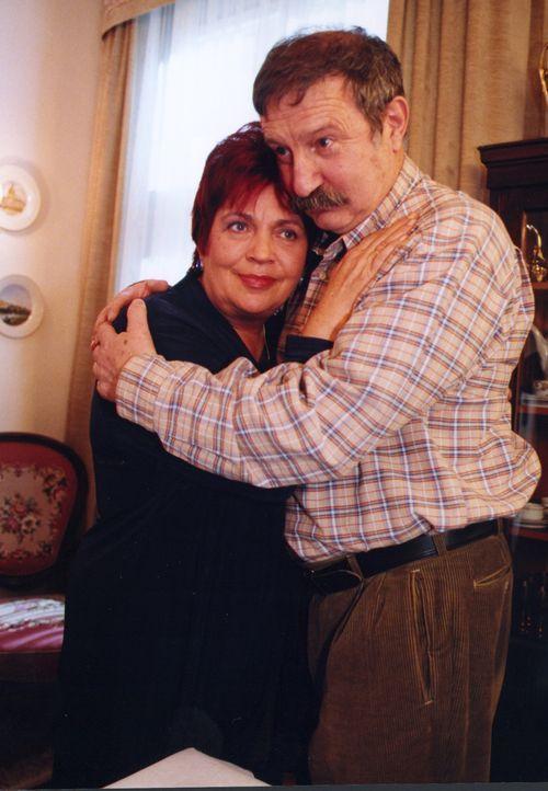 Klara (Walfriede Schmitt, l.) muss viel Verständnis für ihren Mann Friedrich (Horst Weinheimer, r.) aufbringen. Nach seiner halbseitigen Erblindung... - Bildquelle: Noreen Flynn Sat.1
