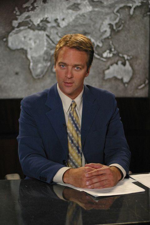 Als Gott plötzlich als Nachrichtensprecher (Roark Critchlow) aus dem Fernsehen mit Joan redet, gerät sie völlig aus dem Häuschen... - Bildquelle: Sony Pictures Television