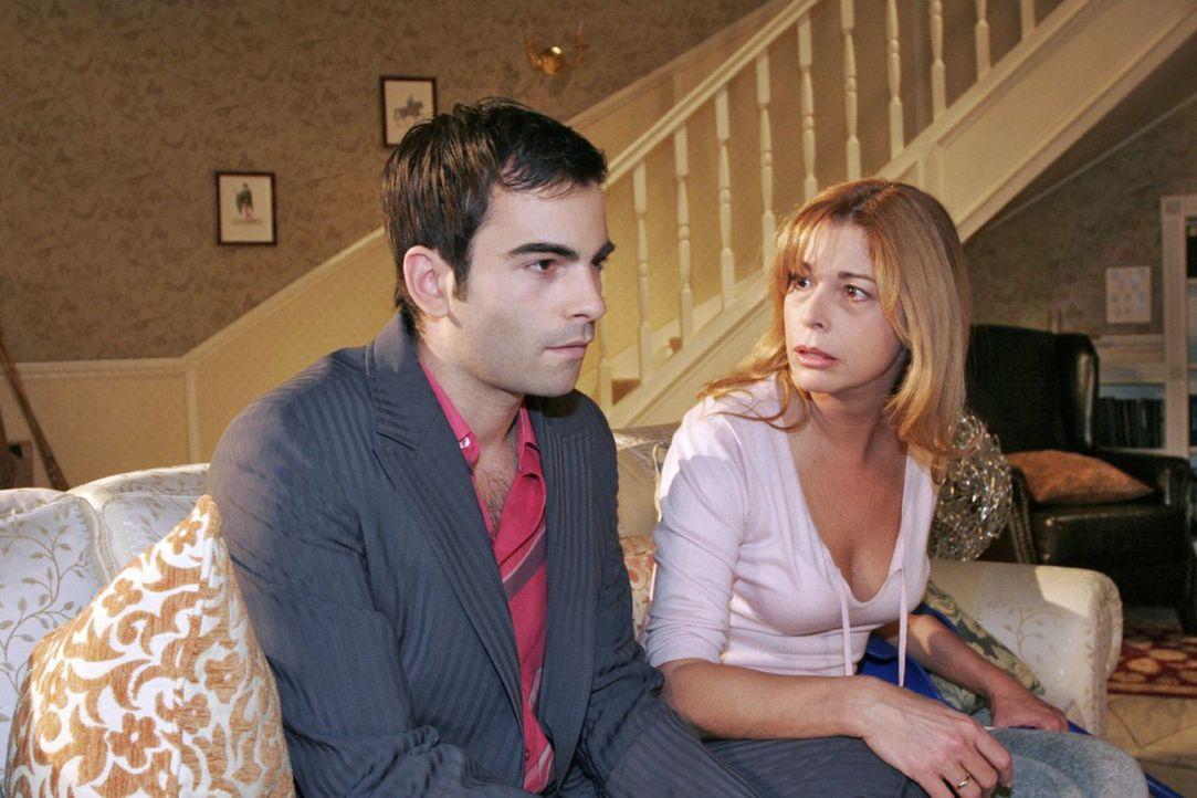 Laura (Olivia Pascal, r.) ahnt, dass David (Mathis Künzler, l.) mehr als freundschaftliche Gefühle für Lisa hegt ... - Bildquelle: Noreen Flynn Sat.1