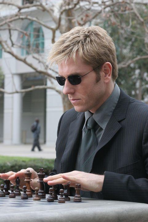 Während einer Schachpartie will Detective Jim Dunbar (Ron Eldard) von seinem Gegner Informationen zum Mord an Jerry Tuxhorn bekommen ... - Bildquelle: TM &   2006 CBS Studios Inc. All Rights Reserved.