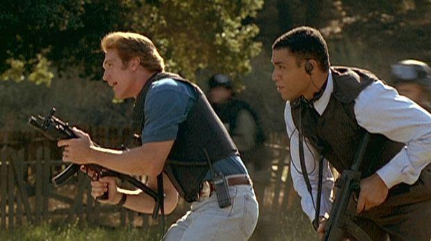 Steve (Barry Van Dyke, l.), Agent Wagner (Harry J. Lennix, r.) und eine FBI-S...