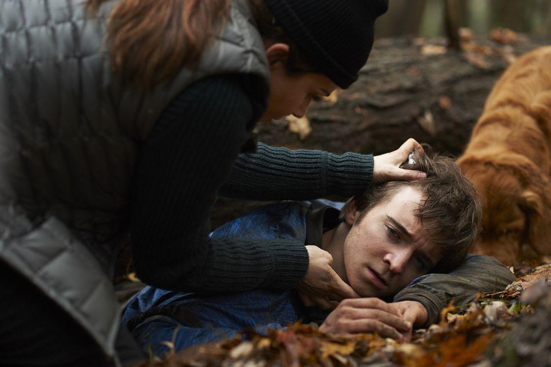 Verzweifelt versucht Alex (Erica Durance, l.), das Leben des jungen Sam (Dylan Authors, r.) zu retten, der von einem Baum eingeklemmt wurde ... - Bildquelle: Ken Woroner 2014 Hope Zee Three Inc.
