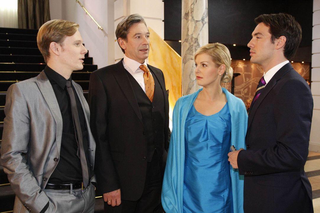 Während sich Philip (Philipp Romann, l.) bei Julius (Günter Barton, 2.v.l.) die Lorbeeren für seinen Auftritt beim Empfang abholt, versuchen Alex... - Bildquelle: SAT.1