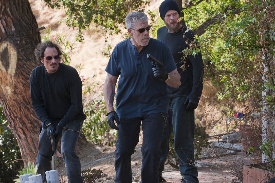Clay (Ron Perlman, M.) ist der Meinung: Vergeltung muss sein. Tig (Kim Coates, l.) und Opie (Ryan Hurst, r.) begleiten ihn bei seinem Rachefeldzug ... - Bildquelle: 2009 FX Networks, LLC. All rights reserved.
