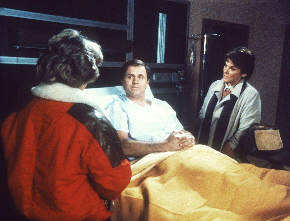 Lacey (Tyne Daly, r.) und Cagney (Sharon Gless, li) befragen das Opfer des brutalen Messerstechers. - Bildquelle: ORION PICTURES CORPORATION. ALL RIGHTS RESERVED.