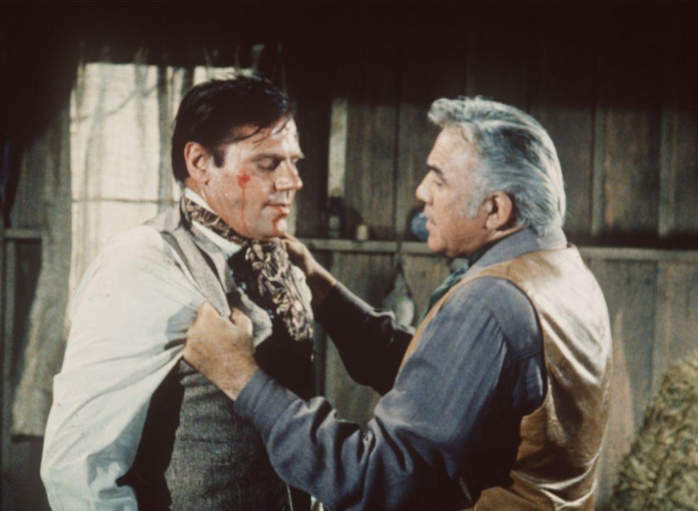 Ben Cartwright (Lorne Greene, r.) erfährt von Montague (John Alderson, l.), dass Gräfin Chadwick hinter den Intrigen steckt, die die Ponderosa fast... - Bildquelle: Paramount Pictures