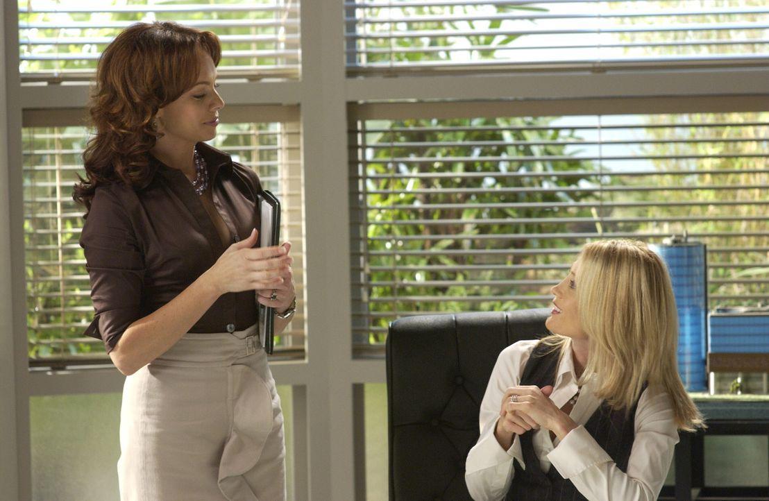 Julie (Melinda Clarke, l.) will sich in die Firma einarbeiten und mischt sich ständig in Kirstens (Kelly Rowan, r.) Aufgabengebiet ein, die das gar... - Bildquelle: Warner Bros. Television