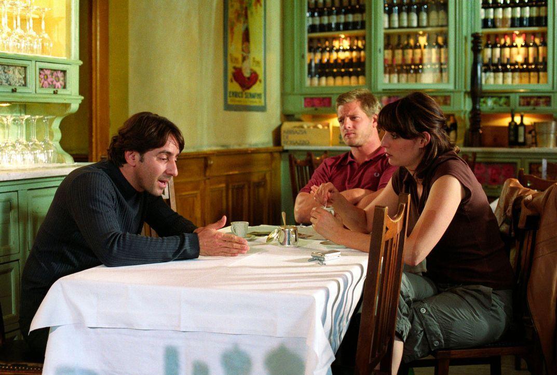 Beim Gespräch mit Francesco (Dieter Landuris, l.) stellen die Kommissare Nina (Elena Uhlig, r.) und Leo (Henning Baum, M.) schnell fest, dass der ga... - Bildquelle: Christian A. Rieger Sat.1