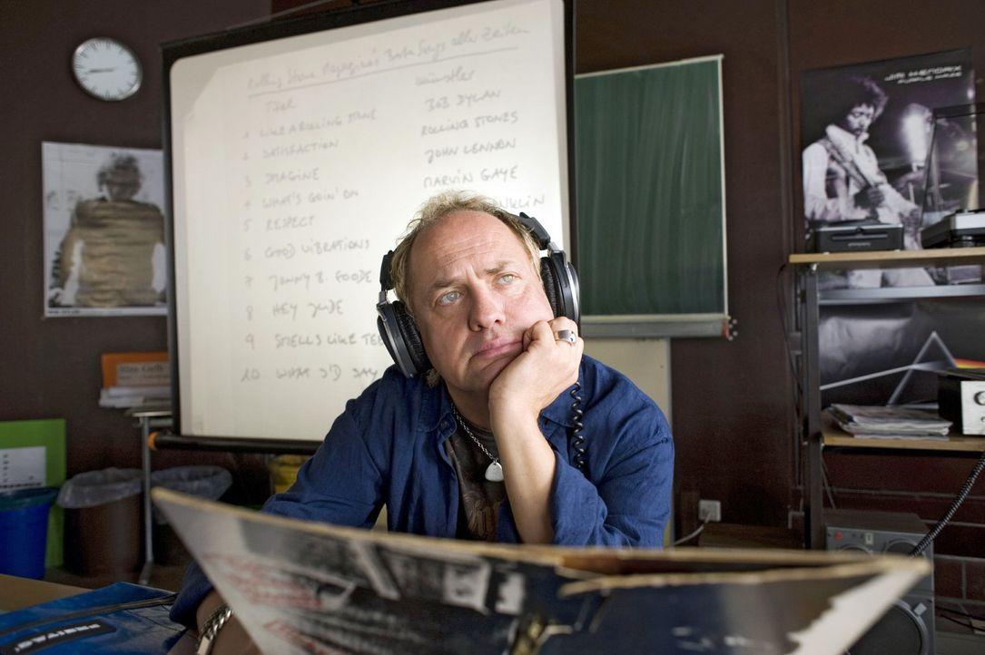 """Carlo Brückner (Uwe Ochsenknecht) ist Musiklehrer an einer Schule in Berlin. Rock'n' Roll ist sein Leben und """"Laisser-faire"""" sein pädagogischer Le... - Bildquelle: Sat.1"""
