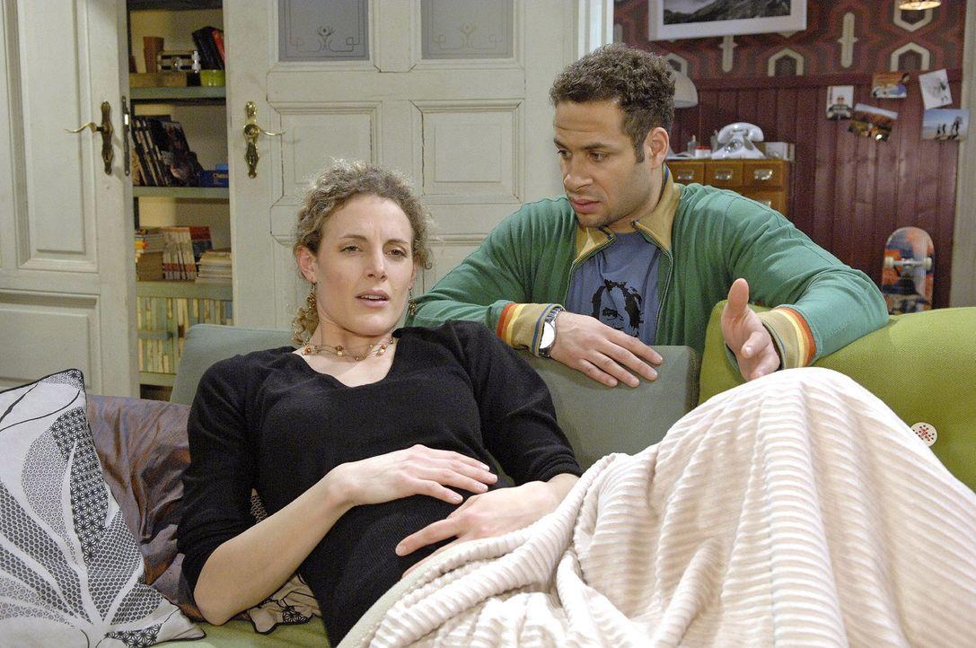 Jannick (Mike Adler, r.) sorgt sich um Maja (Barbara Lanz, l.), die Bauchschmerzen hat. - Bildquelle: Claudius Pflug Sat.1