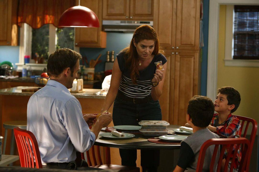 Ihre beiden Söhne Harrison (Vincent Reina) und Nicholas (Charlie Reina) halten Laura (Debra Messing, 2.v.l.) und Jake (Josh Lucas, l.) ganz schön au... - Bildquelle: Warner Bros. Entertainment, Inc.