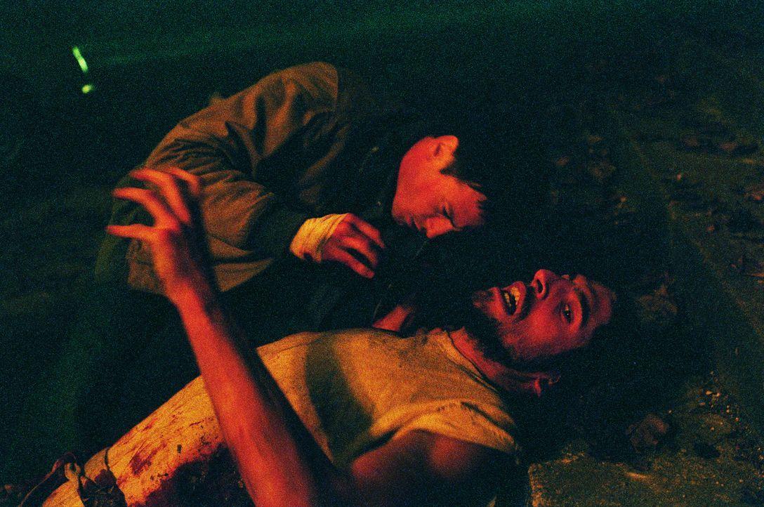 Wieder einmal kommt Reda (Benoit Magimel, l.) zu spät: Auch Jésus (Augustin Legrand, liegend) wird Opfer der teuflischen apokalyptischen Engel ... - Bildquelle: Tobis Film GmbH & Co. KG