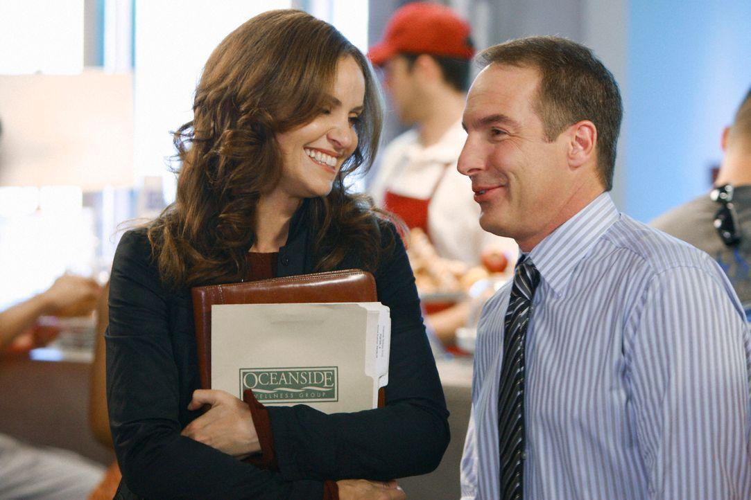 Violet (Amy Brenneman, l.) lernt den Psychologen Sheldon Wallace (Brian Benben, r.) kennen und findet sofort Gefallen an ihm, während Addison auf Wy... - Bildquelle: ABC Studios