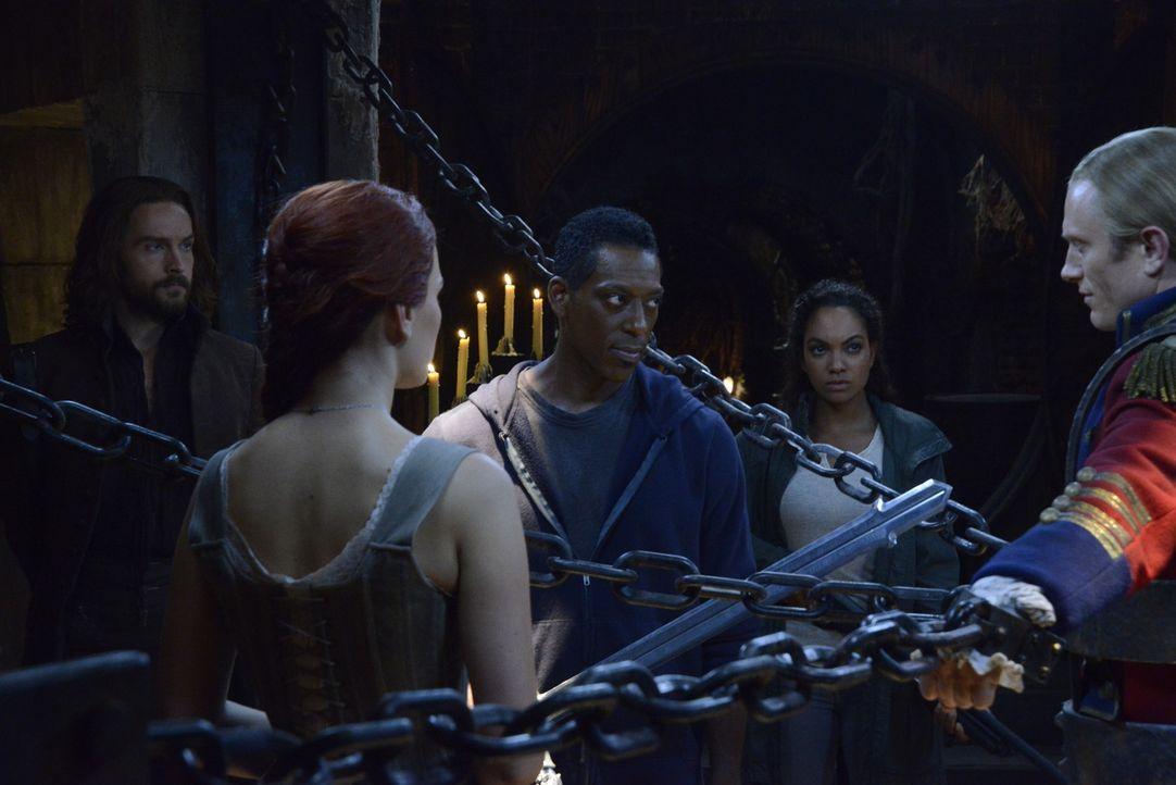 Ichabod (Tom Mison, l.), Katrina (Katia Winter, 2.v.l.) und Jenny (Lyndie Greenwood, 2.v.r.) hoffen darauf, dass Irving (Orlando Jones, M.) die drin... - Bildquelle: 2014 Fox and its related entities. All rights reserved
