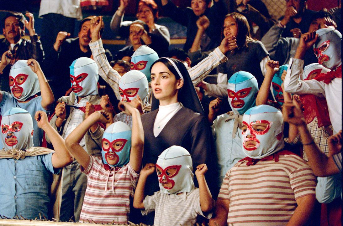 Wrestling und Mönchstum erscheinen unvereinbar, doch auch Schwester Encarnacion (Ana de la Reguera, M.) und die Kinder stehen schon bald auf Nachos... - Bildquelle: Paramount Pictures