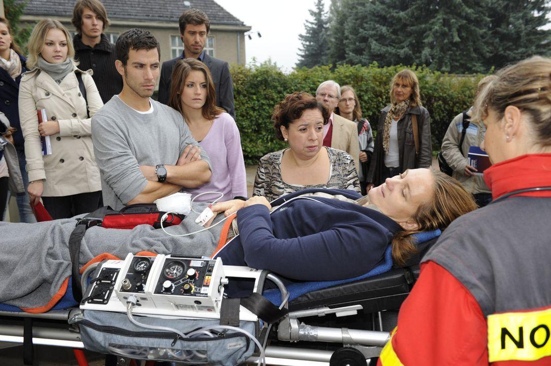 Bea (Vanessa Jung, 5.v.l.) ist sich sicher, die richtige Entscheidung getroffen zu haben. Doch ausgerechnet Michael (Andreas Jancke, 4.v.l.) durchkr... - Bildquelle: SAT.1
