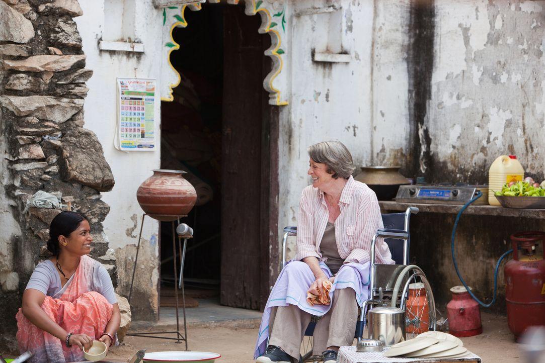 Auf ihrer Reise nach Indien erlebt Muriel (Maggie Smith, r.), dass auch der Herbst des Lebens einiges zu bieten hat ... - Bildquelle: 2012 Twentieth Century Fox Film Corporation. All rights reserved.