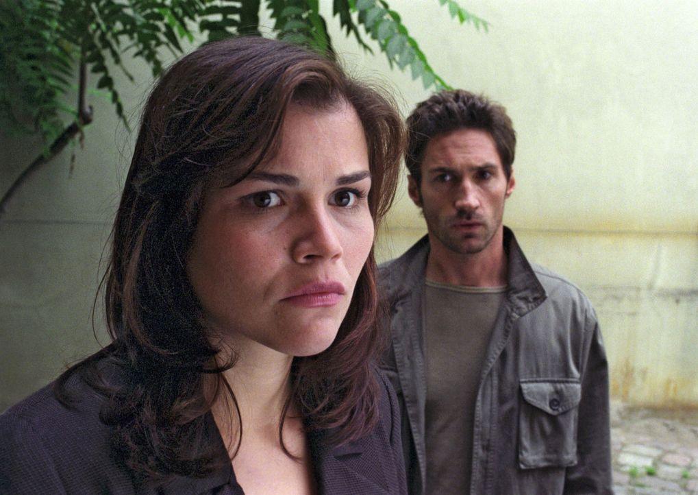 Pia (Katharina Wackernagel, vorne) ist zutiefst verletzt: Uli (Benjamin Sadler, hinten) hat sie ausgerechnet in der schwierigen Zeit betrogen - was... - Bildquelle: Noreen Flynn Sat.1
