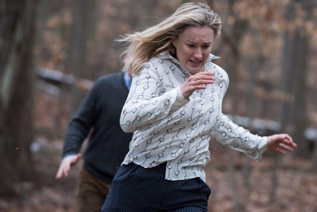 Als sich Patterson (Ashley Johnson) gemeinsam mit ihrem ermordeten Freund auf die Suche nach der Lösung eines Tattoos begibt, gerät sie in die Fänge... - Bildquelle: Warner Brothers