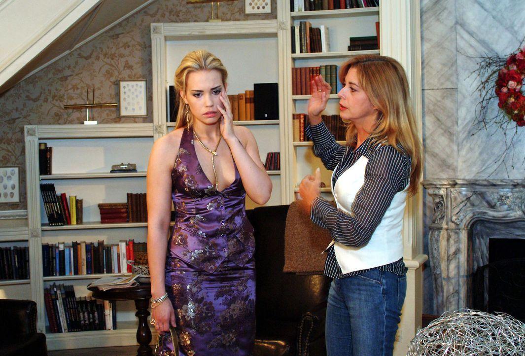 Laura (Olivia Pascal, r.) ist geschockt, als Kim (Lara-Isabelle Rentinck, l.), die zum Entsetzen ihrer Eltern ihr Erbe eingefordert hat, droht, sie... - Bildquelle: Monika Schürle Sat.1