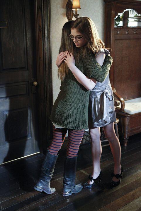 Für Rose (McKaley Miller, r.) ist Zoe (Rachel Bilson, l.) eine beste Freundin, auf die sie sich auch in schwierigen Situationen verlassen kann ... - Bildquelle: Warner Bros.