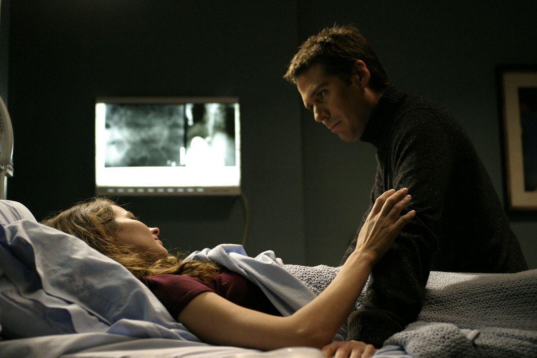 Wesley (Alexis Denisof, r.) verspricht Fred (Amy Acker, l.), ihr zu helfen ... - Bildquelle: The WB Television Network