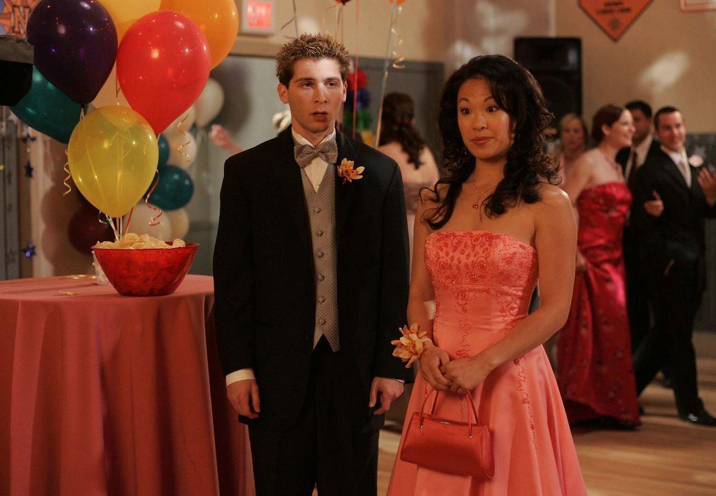 Um an Geld zu kommen, lässt sich Reese (Justin Berfield, l.) dafür bezahlen, dass er mit der Streberin Janine (Scarlett Lam, r.) auf den Abschluss... - Bildquelle: TM +   2000 Twentieth Century Fox Film Corporation. All Rights Reserved.