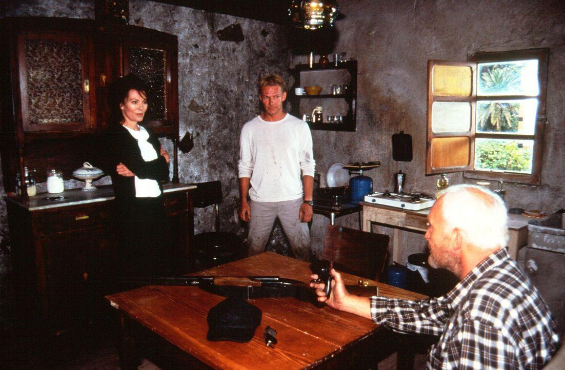 Der totgeglaubte Paul (Michael Mendl, r.) überrascht seine Frau Lea (Iris Berben, l.) und deren Liebhaber Maximilian (Thure D. Riefenstein, M.) in i... - Bildquelle: Thomas Müller Sat.1