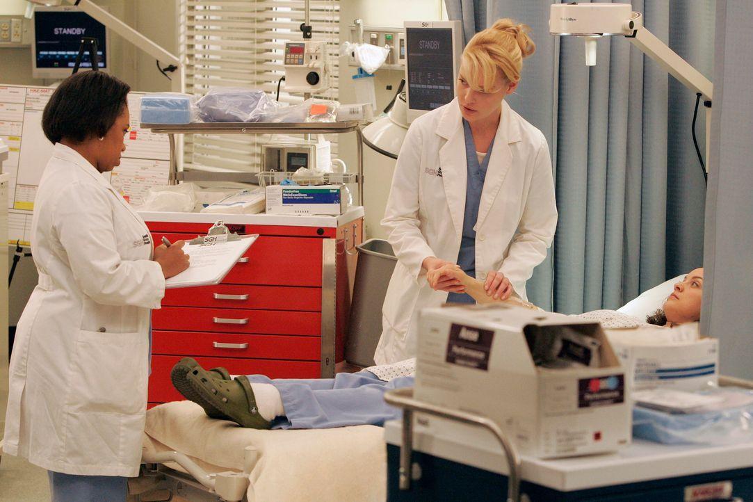 Izzie (Katherine Heigl, M.) muss Bailey (Chandra Wilson, l.) und Sydney (Kali Rocha, r.)  zeigen, was sie bei der Übung gelernt hat ... - Bildquelle: Touchstone Television
