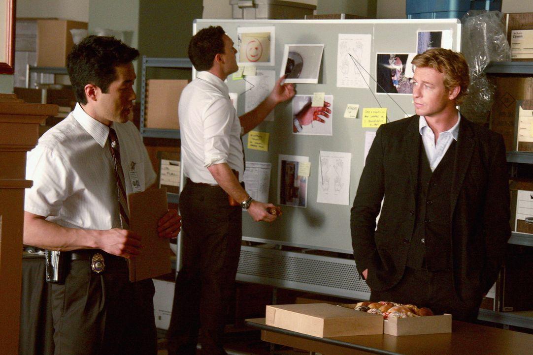 Rekonstruieren den Mord, damit sie den Mörder schnellstmöglich fassen können: Kimball Cho (Tim Kang, l.), Patrick Jane (Simon Baker, r.) und Wayne R... - Bildquelle: Warner Bros. Television