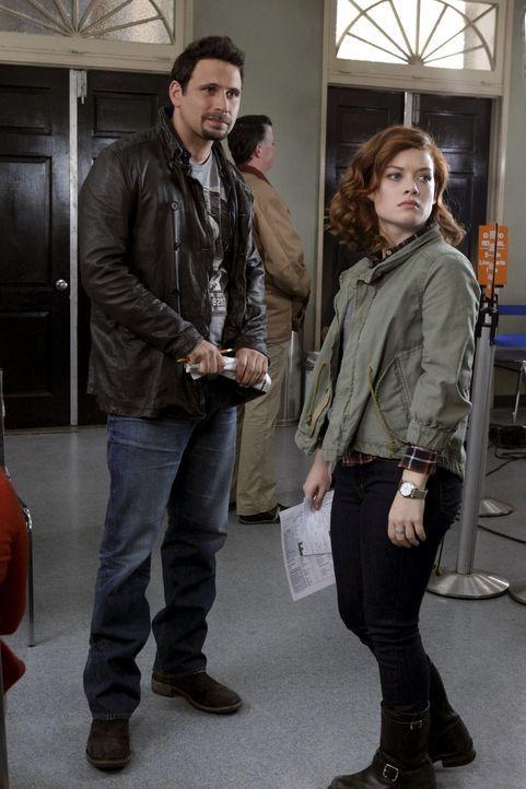 Während George (Jeremy Sisto, l.) sich entscheidet dem Country Club beizutreten, ist Tessa (Jane Levy, r.) endlich im Besitz ihres Führerscheins u... - Bildquelle: Warner Bros. Television