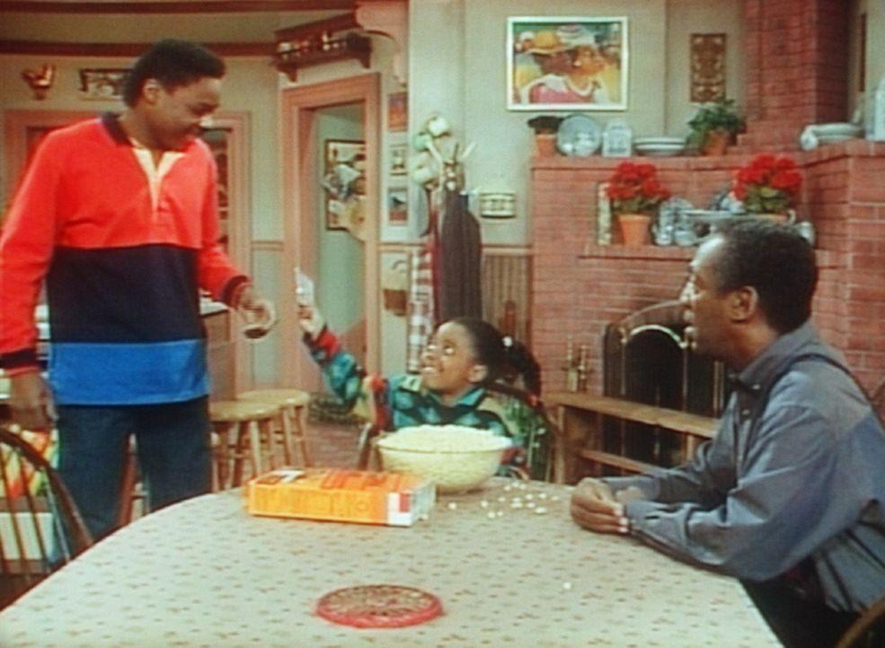 Cliff (Bill Cosby, r.) beobachtet fassungslos, wie sich Theo (Malcolm-Jamal Warner, l.) von Rudy (Keshia Knight Pulliam) dazu bringen lässt, mit ih... - Bildquelle: Viacom