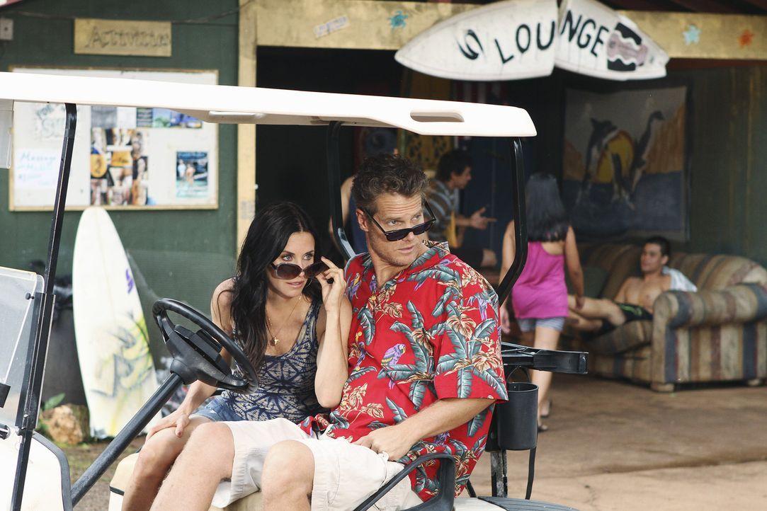 Sind entsetzt, als sie Travis auf Hawaii zu Gesicht bekommen: Bobby (Brian Van Holt, r.) und Jules (Courteney Cox, l.) ... - Bildquelle: 2010 ABC INC.