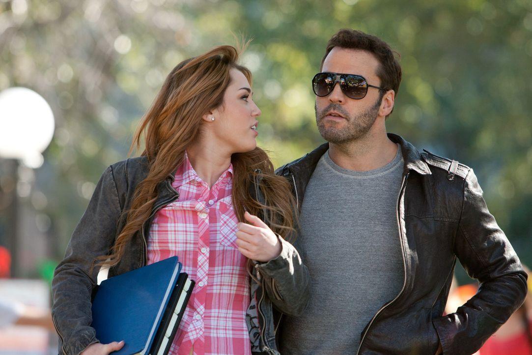 Weil sie ohne Probleme als Erstsemester durchgeht, wird die junge Privatdetektivin Molly (Miley Cyrus, l.) von dem FBI-Agenten Armon (Jeremy Piven,... - Bildquelle: Saeed Adyani Bluefin Productions LLC