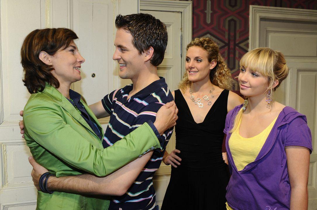 Freuen sich auf ein schönen gemeinsamen Abend: Steffi (Karin Kienzer, l.), Lars (Alexander Klaws, 2.v.l.), Maja (Barbara Lanz, 2.v.r.) und Lily (Ji... - Bildquelle: SAT.1