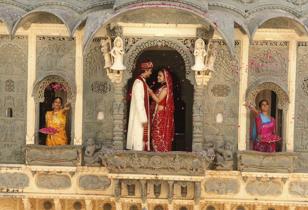 Das glückliche Film-Hochzeitspaar: Gita (Deepti Daryanani, 2. v. r.) und Rahim (Rupak Ginn, 2 v. l.) ... - Bildquelle: Disney - ABC - ESPN Television