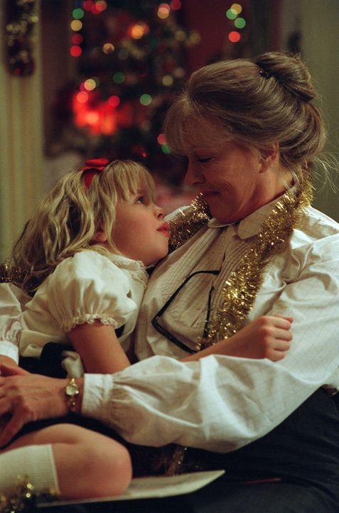 Ausgepowert: der kleine Wirbelwind Eloise (Sofia Vassilieva, l.) und seine Nanny (Julie Andrews, r.) ... - Bildquelle: DiNovi Pictures