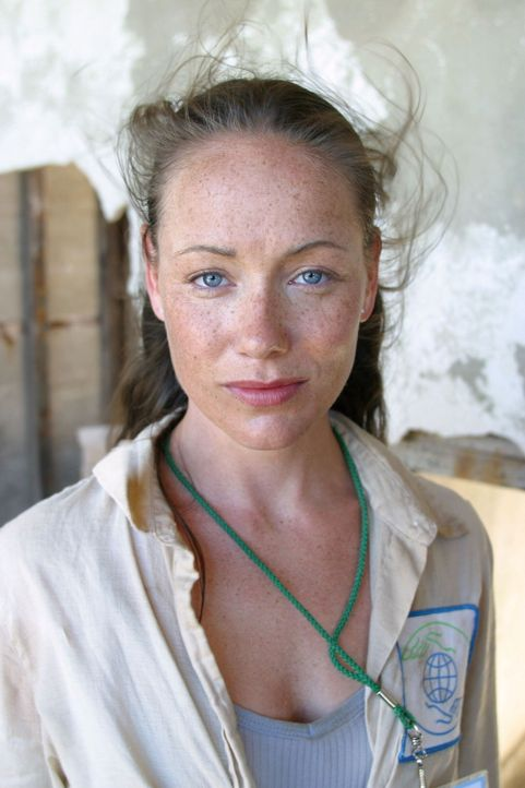 Gillian (Simone-Elise Giraud, r.) erwartet Carter im Kongo ... - Bildquelle: National Broadcasting Company (NBC)
