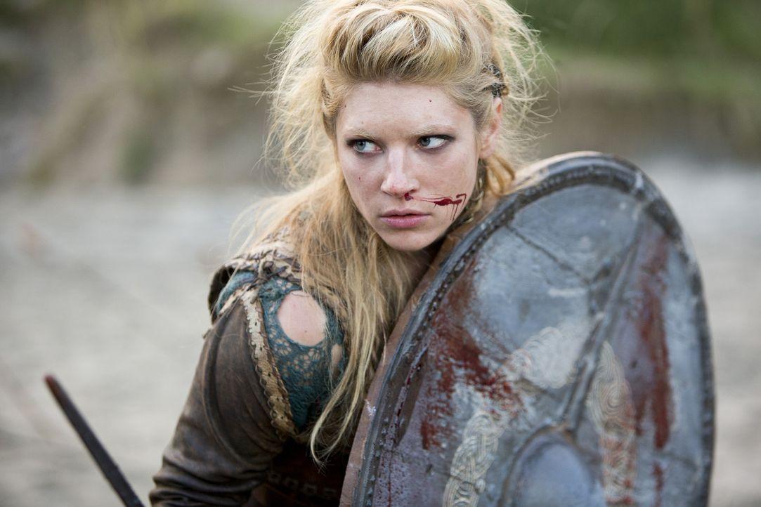Als die Wikinger von den Soldaten des Königs angegriffen werden, wirft sich Lagertha (Katheryn Winnick) ins Kampfgetümmel. Dennoch kann sie nicht ve... - Bildquelle: 2013 TM TELEVISION PRODUCTIONS LIMITED/T5 VIKINGS PRODUCTIONS INC. ALL RIGHTS RESERVED.