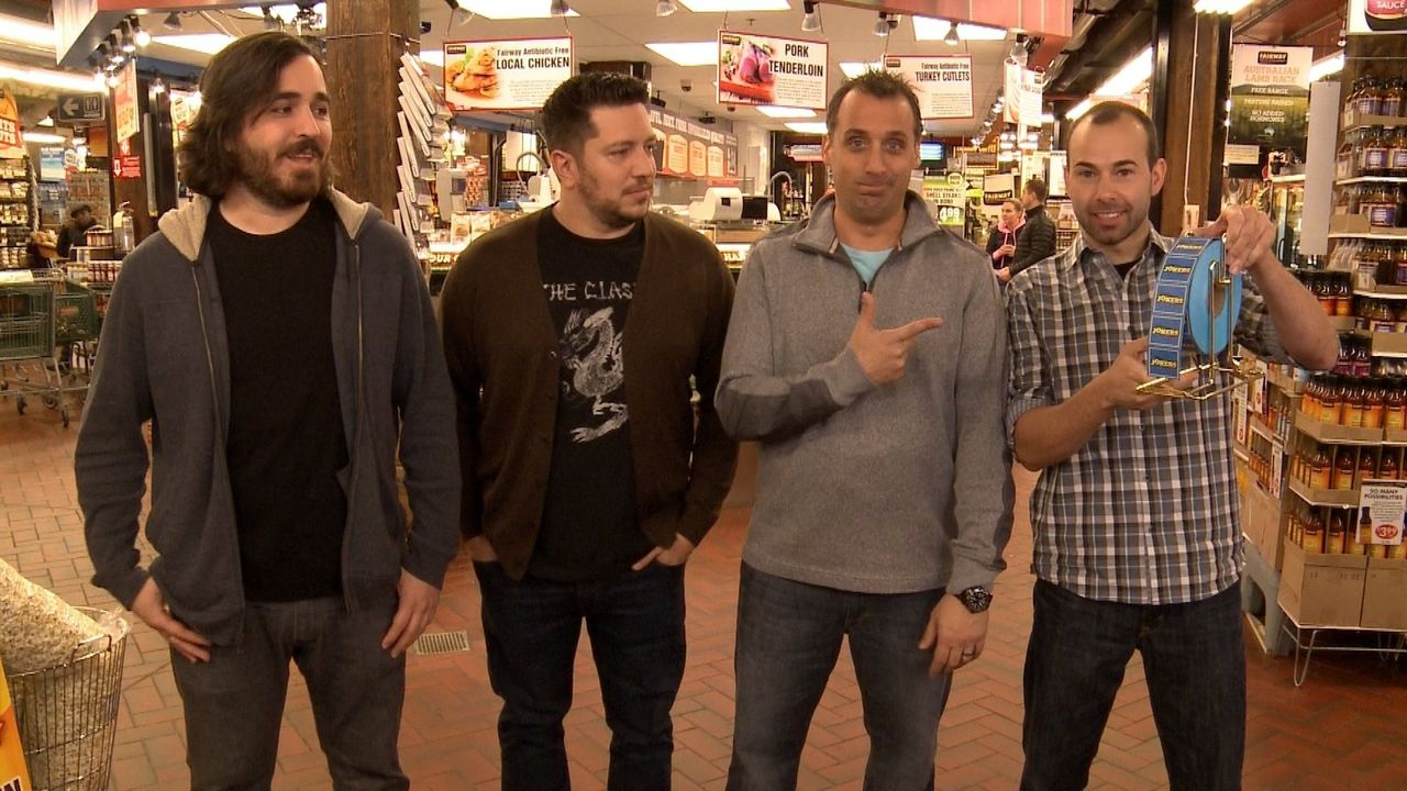 Möge das Los entscheiden: (v.l.n.r.) Brian, Sal, Joe und James müssen ziehen, welcher peinlichen Challenge sie sich stellen müssen ... - Bildquelle: 2014 Warner Bros.