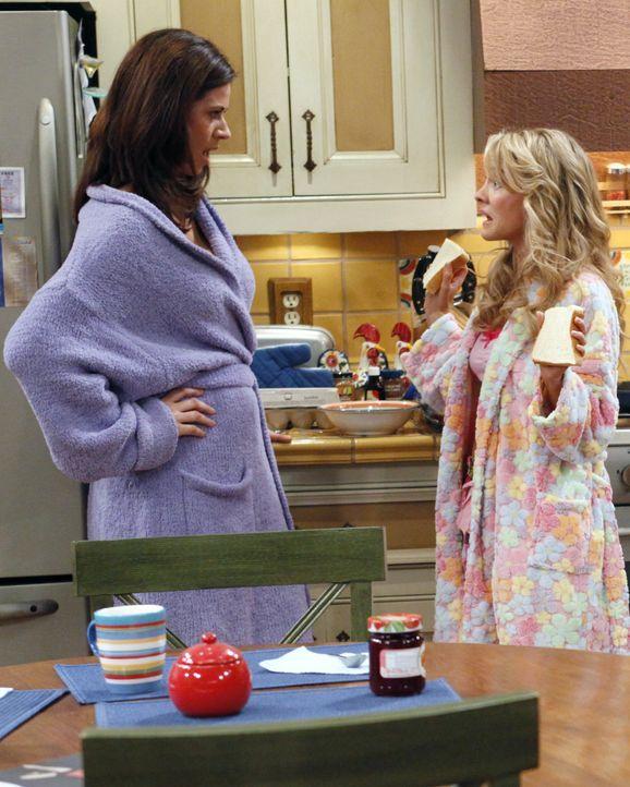 Als sich Alan plötzlich als Herr im Haus aufspielt, wird er von Chelsea (Jennifer Taylor, l.) und Melissa (Kelly Stables, r.) aus dem Haus geworfen... - Bildquelle: Warner Bros. Television
