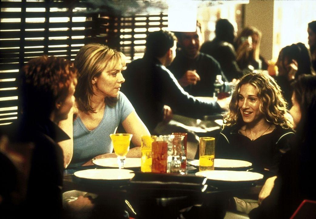 Carrie (Sarah Jessica Parker, 2.v.r.) überlegt mit Miranda (Cynthia Nixon, l.), Samantha (Kim Cattrall, 2.v.l.) und Charlotte (Kristin Davis, r.), o... - Bildquelle: 2001 Paramount Pictures