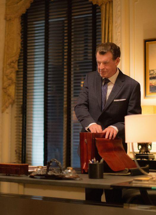 Hilft er Sherlock und Joan ganz ohne Hintergedanken oder hat Morland (John Noble) doch noch andere Motive? - Bildquelle: Tom Concordia 2015 CBS Broadcasting, Inc. All Rights Reserved
