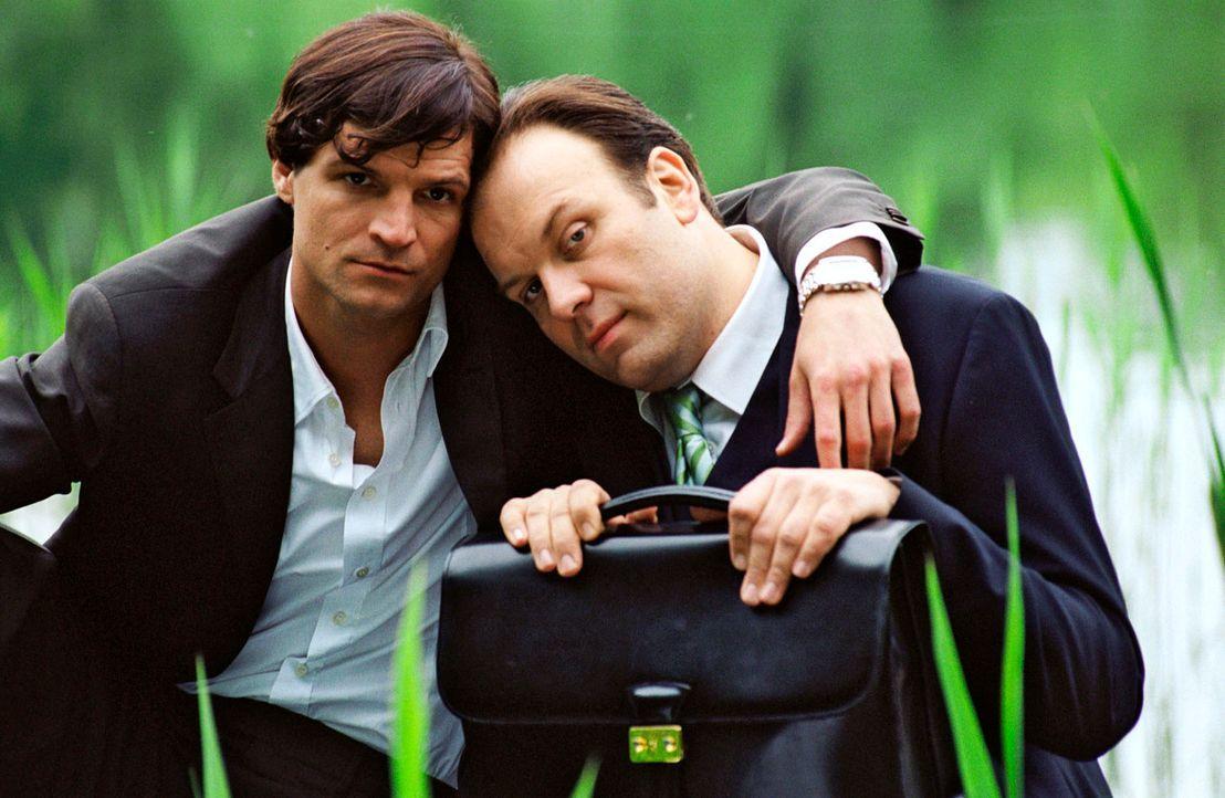 Johannes (Misel Maticevic, l.) kümmert sich liebevoll um seinen geistig zurückgebliebenen Bruder Arnold (Waldemar Kobus, r.) ... - Bildquelle: Conny Klein Sat.1