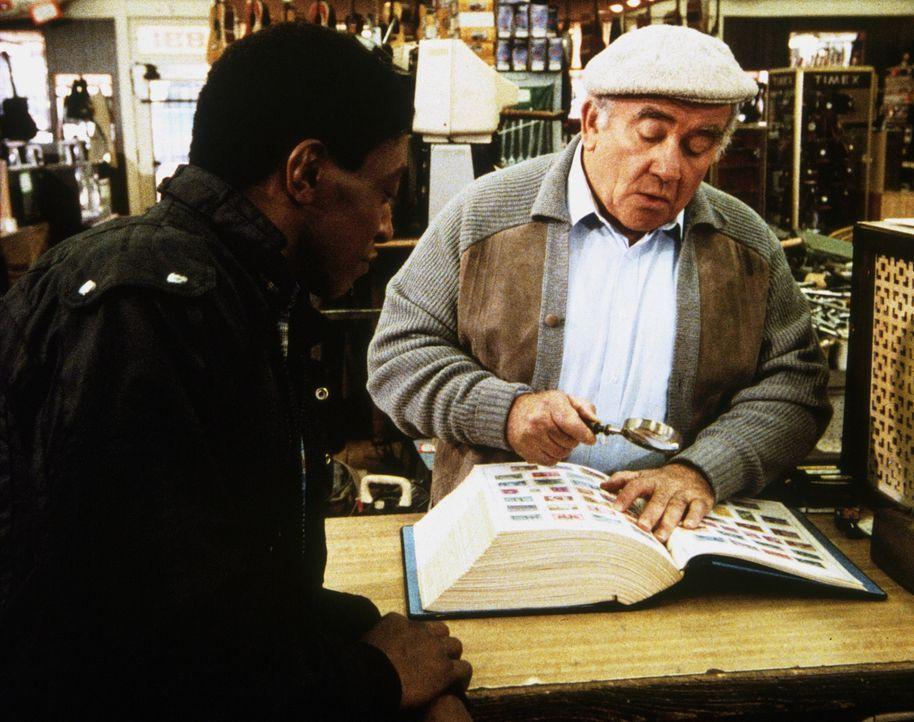 Harold (Edward Asner, r.) legt einen Hehler herein, um einer armen Frau zu helfen. - Bildquelle: Worldvision Enterprises, Inc.
