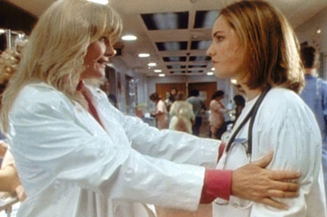 Dr. Lewis' Mutter Cookie (Valerie Perrine, l.) teilt ihrer Tochter mit, dass sie Chloe und das Baby doch nicht aufnehmen will. Susan Lewis (Sherry S... - Bildquelle: TM+  WARNER BROS.