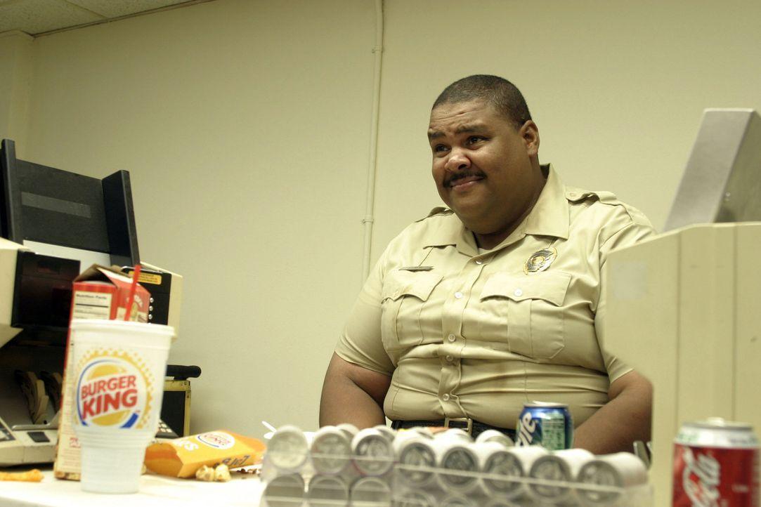 Ahnt nicht, dass Gangster es auf seine Mrs. Munson abgesehen haben: der Polizist Elron (Walter K. Jordan) ... - Bildquelle: Touchstone Pictures. All rights reserved