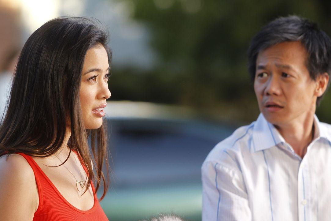 Hoffen, auf die Hilfe von Harry und ihrem Team: Fung (Kaidy Kuna, r.) und Chunhua (Irene Keng, l.) ... - Bildquelle: Warner Bros. Television